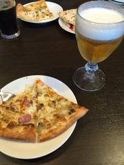 グラスビールとピッツァ
